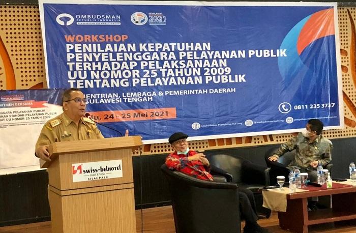 Foto : Anggota Ombudsman RI, Ir.James Hutabarat membuka Acara workshop penilaian kepatuhan standar pelayanan publik. (Humas Pemprov Sulteng).